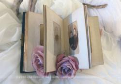 Ancien petit album photos en cuir avec 44 photos du XIX et début XX°, portraits de femme, hommes, enfants, militaires, mariées ou communiantes.