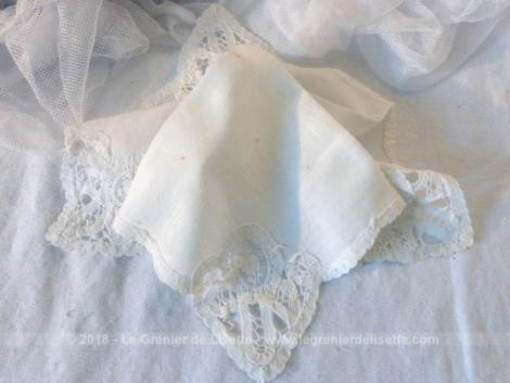 Ancien mouchoir de mariée avec ses angles en dentelle, fait main.
