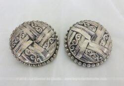 Anciennes grosses boucles d'oreilles en métal avec de beaux dessins à revisiter en objet de décoration comme boutons ou pinces.