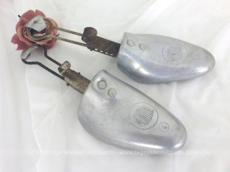 Datant de la fin des années 50, voici une ancienne et belle paire d'embauchoir forme à chaussures en métal de le marque Mondial, taille 4.