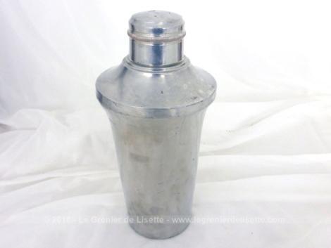 Ancien shaker en fer blanc, en trois parties. Le corps, le couvercle percé et un petit gobelet.