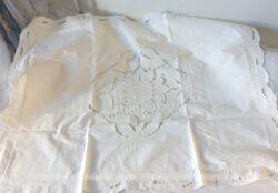 Ancienne taie d'oreiller avec broderies et dentelle Richelieu dont l'atout majeur est le dessin central avec un effet de transparence sur les espaces vides laissés par la broderie.