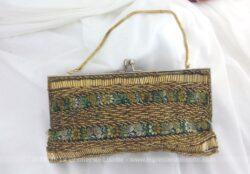 Ancien, original et unique, voici une minaudière décorée de perles et galon, idéal comme petit sac de soirée à main.