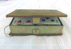 Ancien coffret pour cartes à jouer, en velours vert empire et ses deux jeux de cartes.