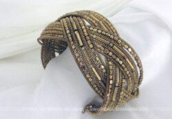Large et beau bracelet métal et perles mordorés pouvant s'écarter pour être mis à différentes tailles de poignet.