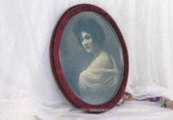 Cadre ovale velours rouge avec ancien portrait à poser ou à suspendre.