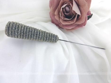 Ancienne épingle à chapeaux cordelette argenté, en forme de cône avec un habillage en spirale d'une fine cordelette de couleur argent.