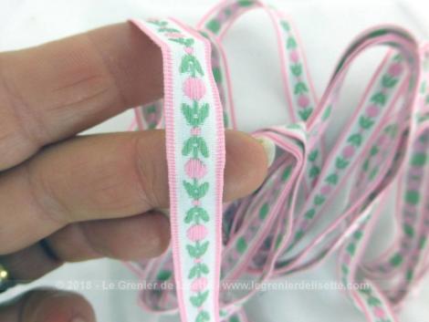 Fin galon shabby rose et vert de 260 cm sur 0.8 cm de large aux dessins de fleurs roses et feuilles vertes.