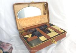Ancienne trousse toilette de voyage en cuir fauve complète avec son miroir biseauté.