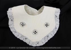 Ancien bavoir fait main dentelle et incrustation de broderies Richelieu pour bébé ou poupon tout en beau piqué de coton blanc.