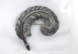 Ancienne broche en forme de feuille métal argenté.