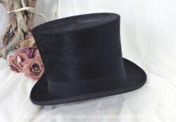 """Ancien chapeau haut de forme en poils ras de castor, de la Chapellerie """"Paris Elégant, 13 bd St Michel, Paris"""" avec les monogrammes R et B à l'intérieur."""