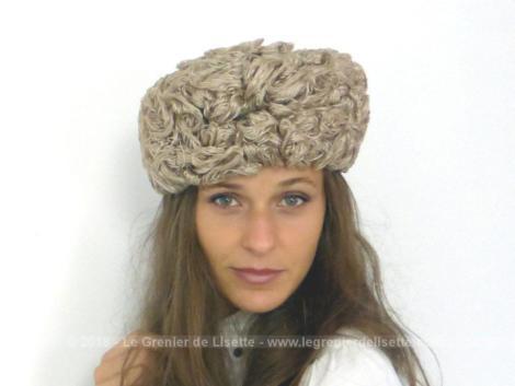 Chapeau toque sisal synthétique des années 60 créé par de la modiste Paulette et Janine de Paris, allant de 55 à 57 cm suivant sa façon de le porter.