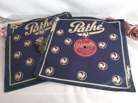 """Deux disques à aiguilles 78T en cire, dans des pochettes """"Pathé"""", un disque """"Odéon"""" pour """"Les Cloches de Corneville de Vanni Marcoux"""" et un disque """"Eldorado""""."""
