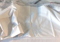 Voici un ancien drap fait main avec les monogrammes BB brodés au centre de 145 x 125 cm. Idéalement utilisé pour recouvrir berceau ou landau.