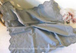 Ancienne taie d'oreiller grise avec dentelle et broderie. Pièce unique.