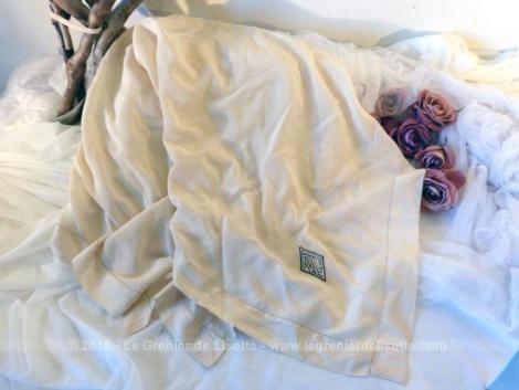 Foulard vintage en soie aux monogrammes RT des années 80. De forme carré, il y a un jour de Venise sur tout le pourtour.