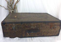 Idéale en décoration, voici une ancienne valise en bois, qui aimerait bien se poser un peu pour vous raconter ses beaux voyages.