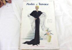 Voici la revue Modes et Travaux du 15 janvier 1934 avec des superbes modèles de tailleurs et robe sans oublier le patron fourni pour des explications de travaux de broderies et couture. Des images sublimes !