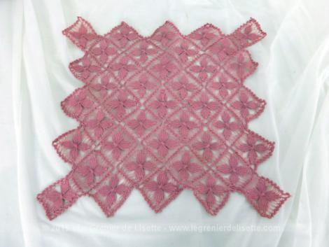 Voici un napperon rose fait main petits carrés bien original composé de petits carrés de 5 x 5 cm réalisé dans un beau fil de couleur rose shabby.