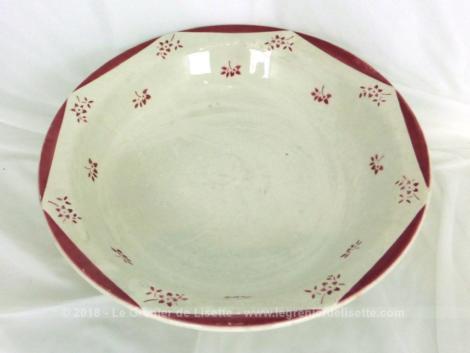 Ancien saladier Sarreguemines modèle Aquitania datant du milieu du XX° aux pans et petits dessins rouges.
