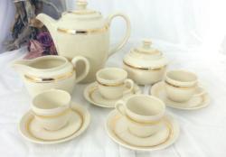 Ancien service à café écru aux liserés dorés Faienceries Villeroy et Boch.avec cafetière, sucrier, pot à lait et 4 tasses et sous-tasses.