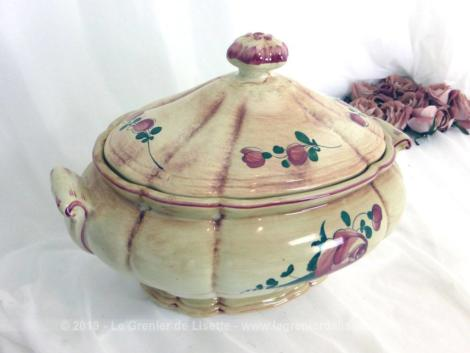 Ancienne soupière ovale aux roses. Sa forme originale et ses décors peints à la main en font une pièce unique.