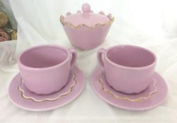 Tête à tête étoilé rose shabby et sucrier. Il y a 2 tasses et 2 sous-tasses et le sucrier assorti.