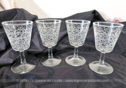 Voici quatre petits verres à Porto gravés de volutes dessinant de la dentelle qui vont illuminer par leur beauté et leur charme vos apéritifs!