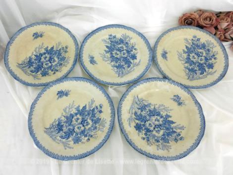Cinq assiettes terre de fer Onnaing Eglantines de couleur bleue datant de la fin du XIX°, dont le centre est décoré d'un grand bouquet.