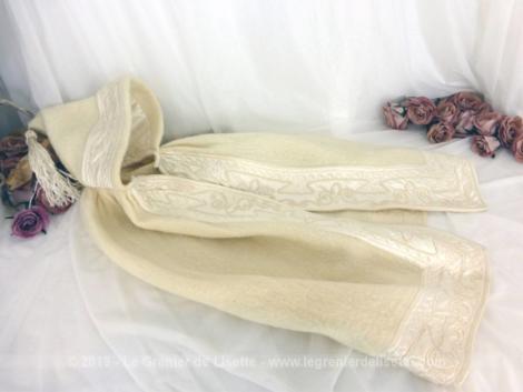 Ancien burnous de baptême avec satin brodé. En effet, une bande de satin écru recouverte de belles broderies habille tout le pourtour.