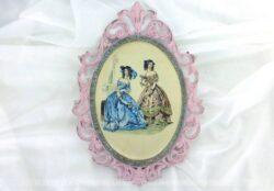 Ancien cadre ovale en métal patiné rose shabby mettant en scène avec de la soie des femmes au temps du XVIII et XIX° siècle. Pièce unique.