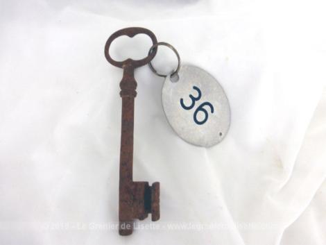 Ancienne clé et sa belle plaque ovale en métal gravée du numéro 36.