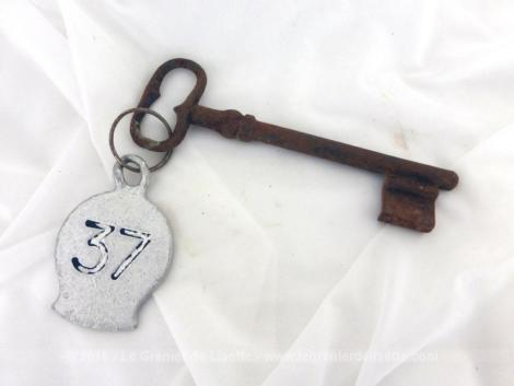 Ancienne clé avec une plaque originale en métal gravée du numéro 37.