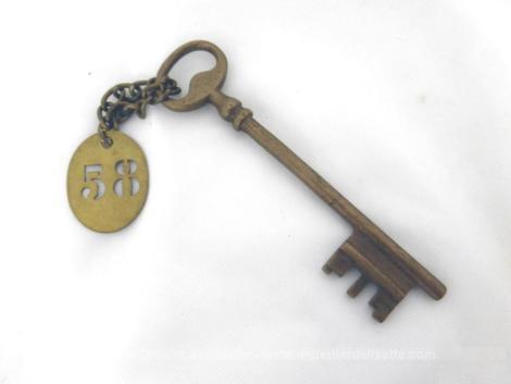 Ancienne clé et sa plaque en laiton chiffre 58 - Pièce unique