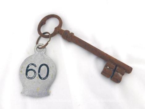 Ancienne clé avec une plaque originale en métal gravée du numéro 60.