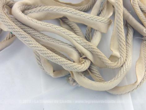Lot d'anciens passepoils écrus avec fils satinés. Deux coupons de 210 cm de long sur 0.6 cm de diamètre pour le cordon.