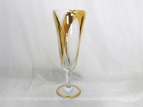 Voici qu'une seule flute à champagne avec dorures et que de choses à réaliser même avec un seul exemplaire: vase soliflore, flute à champagne, décoration...