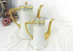 Duo d'anciennes cafetières verseuses bec doré en porcelaine de Limoges composé de deux modèles identiques mais de tailles très différentes.