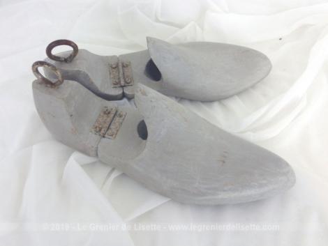 Anciens embauchoirs bois patinés shabby pour forme de chaussures, issue d'une vieille cordonnerie, revisitée par une patine grise et vieillie.