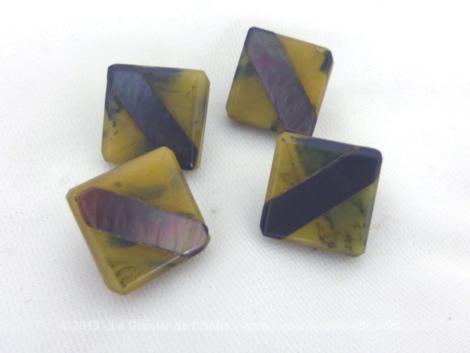 Lot de 4 boutons bakélite et nacre de forme carré de 1.4 x 1.4 cm, avec petite boucle au dos pour coudre le bouton.