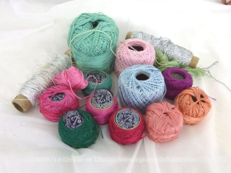 Voici un grand lot de fil à broder perlé brillant de plusieurs couleurs, avec petites et grandes pelotes de la marque Lacroix.