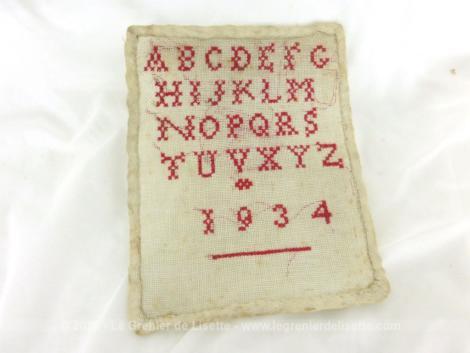 Ancien petit abécédaire daté de 1934 fait main au point de croix en fils rouges.