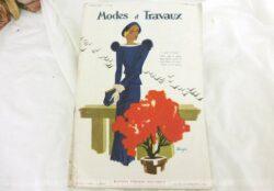 Voici la revue Modes et Travaux du 1er mars 1934 avec des superbes modèles de tailleurs et robe sans oublier le patron fourni pour des explications de travaux de broderies et couture. Des images sublimes !