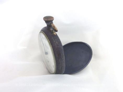 Ancienne montre gousset Trebor pour collectionneur, en métal façon étain avec aiguilles et boutons. Trés décorative.
