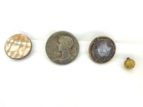 Lot vintage de 4 boutons orignaux, totalement vintages et datant des années 50/60. A vos aiguilles Mesdames !