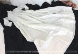 Authentique et ancienne robe longue de baptême aux petits plis tout en belle batiste et réalisée à la main.
