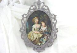 Ancien cadre ovale en métal patiné gris shabby mettant en scène avec de la soie une scène champêtre avec des enfants au temps du XVIII siècle. Pièce unique.