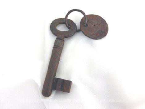 Ancienne petite clé et sa plaque numéro 49. Vestige d'un vieil hôtel, voici une ancienne petite clé très simple avec une plaque ronde portant le numéro 49. Pièce unique.