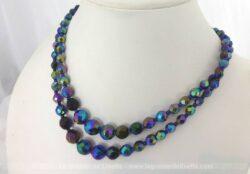 Ancien collier vintage tout en perles de verres bleues à facettes, sur deux rangs de longueur différentes, superbe ras de cou.